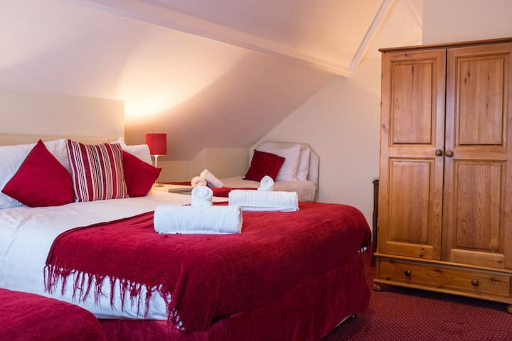 Family or Group of 4? Cozy, comfortable room in Bath.