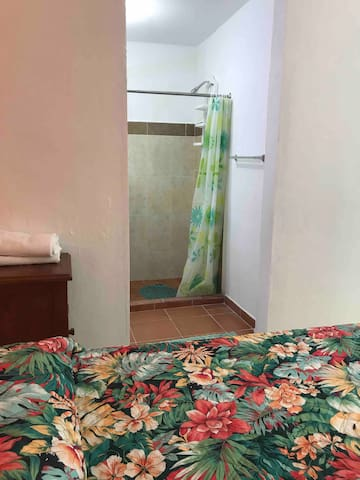 Detalle general de cama y entrada al baño