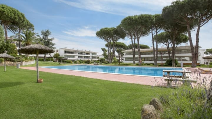 Apartment with swimming pool close to Beach