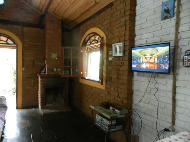 Sala de estar com lareira e smart TV (vc pode levar o seu pendrive com filmes e músicas)