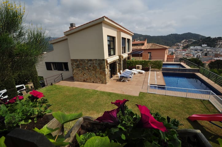 Espléndida casa con piscina y jardín.