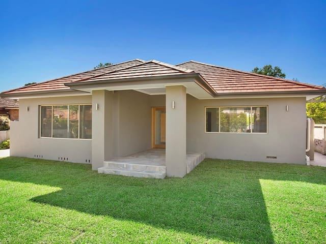 LARGE FAMILY HOME - Wahroonga - House