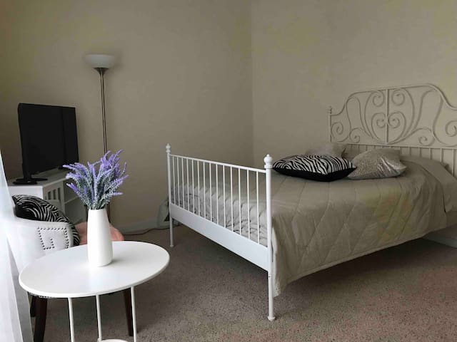 PRIVATE BEDROOM/PRIVATE BATHROOM/TV/ GYM/PARKING