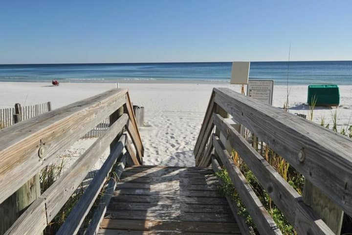1st Floor Charming Condo! Located in the Heart of Destin, Great Amenities