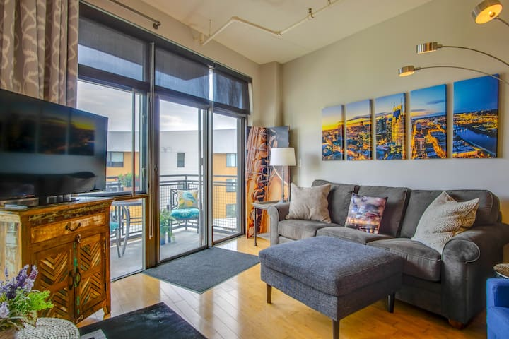 Perfectly located in the HEART of downtown Nashville with Saltwater Pool!  Walk to honky tonks, Ascend, restaurants, music, Nissan, cafe's, coffee shops, BBQ... and.... MUSIC! On the downtown side of the River!  Wine & Spirit store NOW ON PROPERTY!