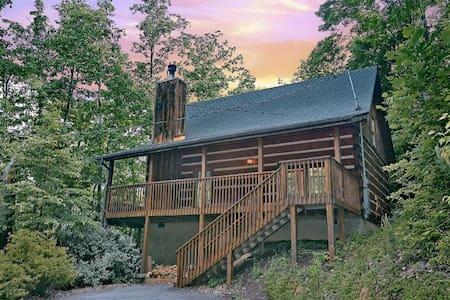 Location! Best Value, Classic Gatlinburg Log Cabin - 통나무집