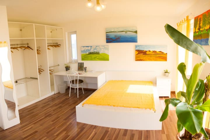 Sonnendurchflutetes ruhiges Zimmer in Haus am See - Wimpassing An Der Leitha - Huis