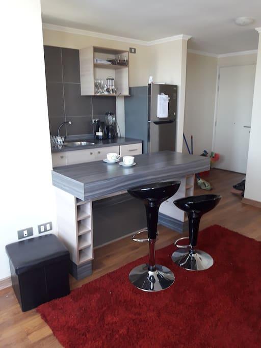 cocina amplia 4 platos 1 refrigerador 1 hervidor y utensilios de cocina.