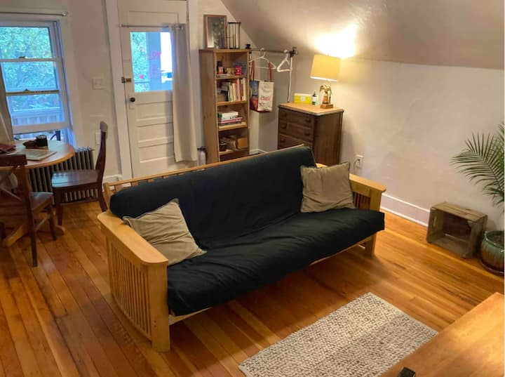Cozy spot minutes to Church Street and Waterfront!