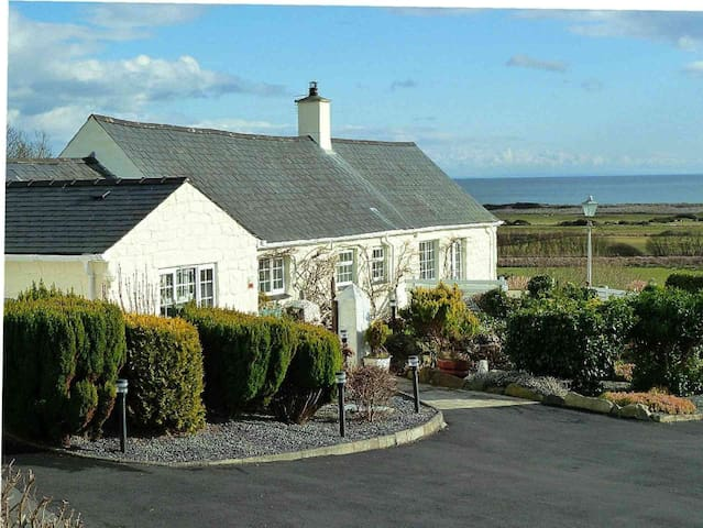 Gorwel Holiday Cottage with Hot Tub - Pwllheli - Domek parterowy