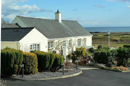 Gorwel Holiday Cottage with Hot Tub - Pwllheli - Bungalow