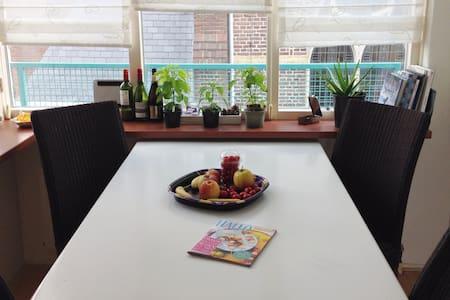 Easy located room between Rotterdam and Den Haag - Kwintsheul - Apartamento