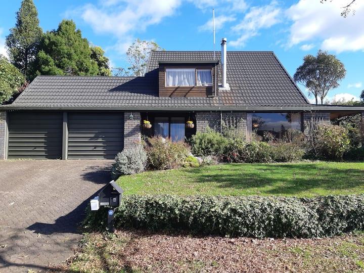 Rotorua Chalet Stay - Cozy 2 brm Apt. Sleeps 5