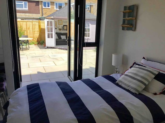 COSY SINGLE ROOM THREE MINUTES TO SHOREHAM BEACH