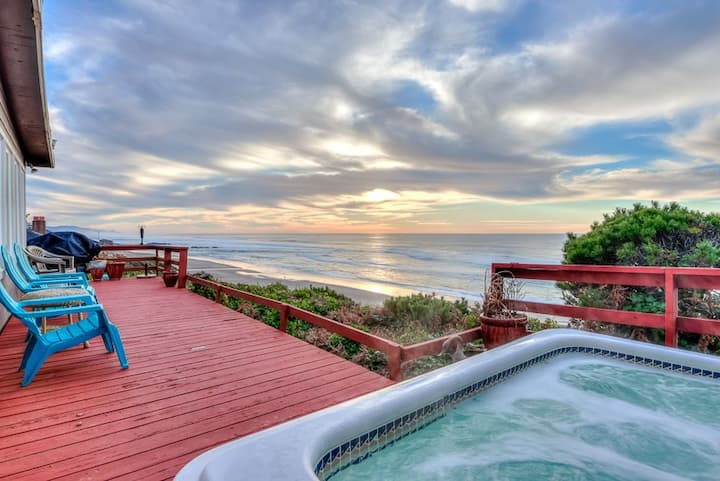 Panoramic Oceanfront Views, 2 King Suites & Hot Tub in Central Lincoln City!