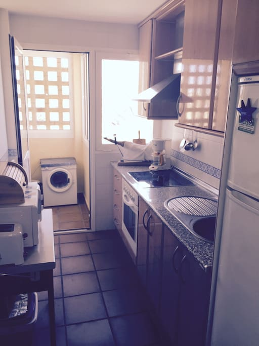 Cocina equipada y acceso a lavadero. Fully-equiped kitchen and laundry room access at its end.
