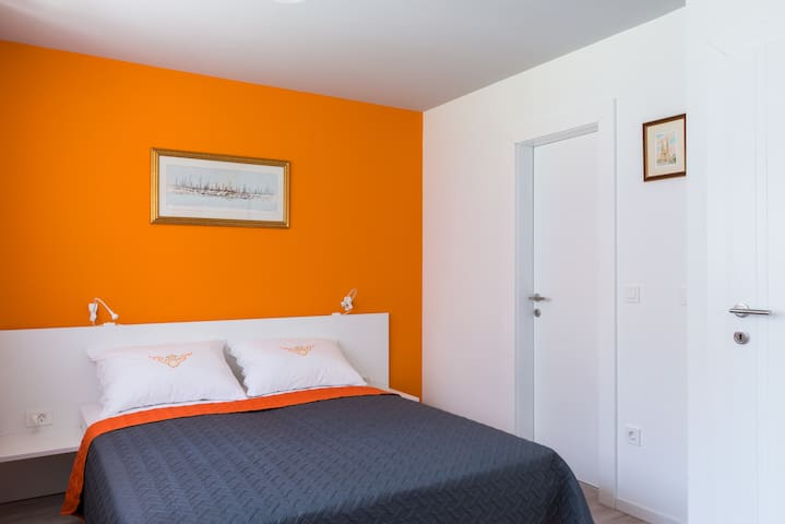 New bright and cosy Orange room Jordanovac