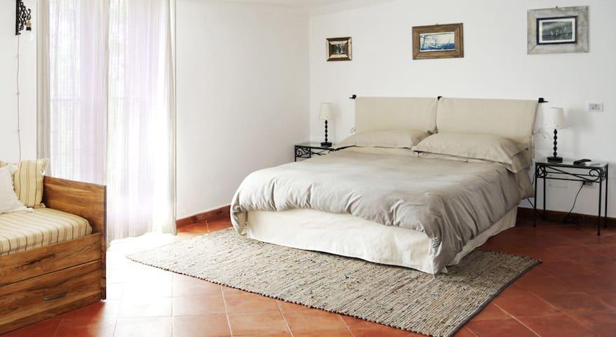 Zona letto con letto matrimoniale e divano letto