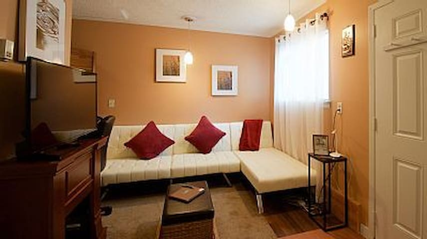 Cozy Small Studio Near KU and Downtown! Jayhawks!