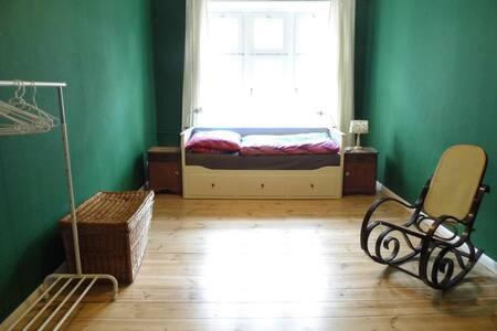 Zimmer in charmanter Altbauwohnung - Berlin - Apartemen