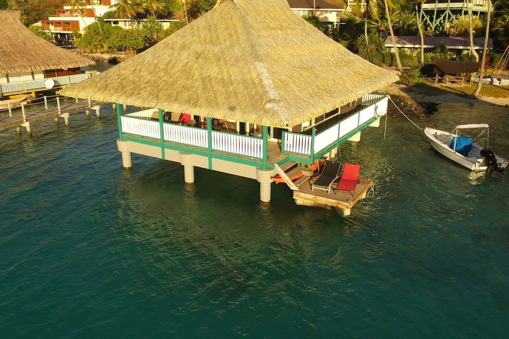 Ideally situated for swimming & sunbathing on the swim platform. Situation idéale face au soleil avec les transats sur le deck.