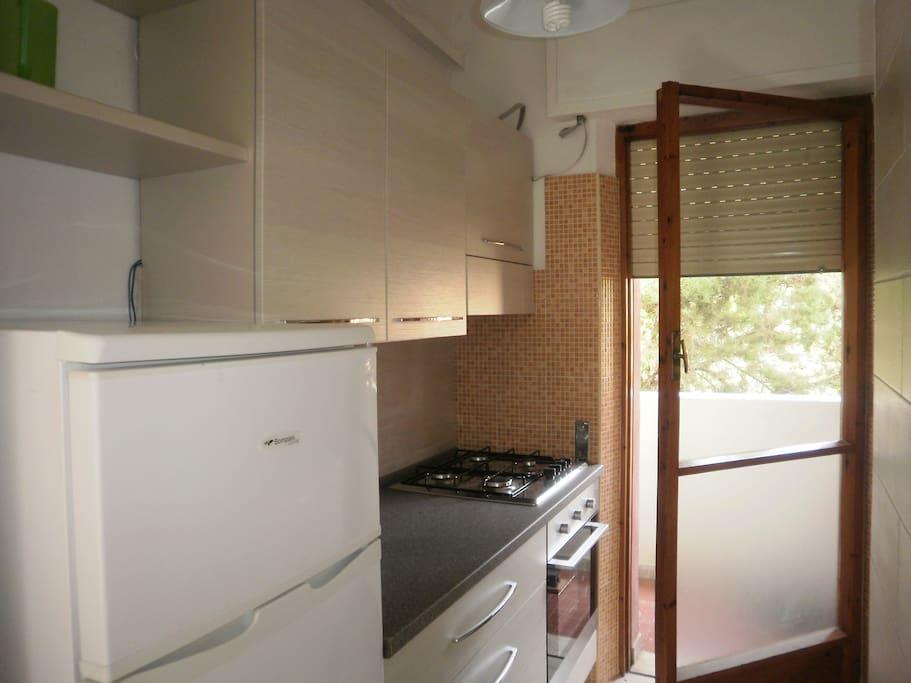 Cucina con porta finestra verso il balcone
