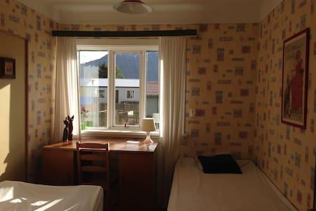 Room for 1/2 in old teachers´ home (Kennarahúsid) - Flateyri - 公寓