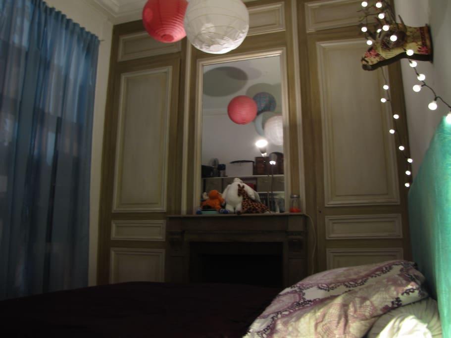 La chambre, lit 2 places, petit dressing ouvert