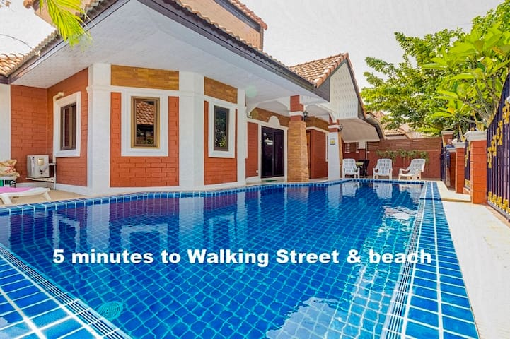 Villa G 4 Bedroom 5 minutes Walking street & beach - Pattaya - House