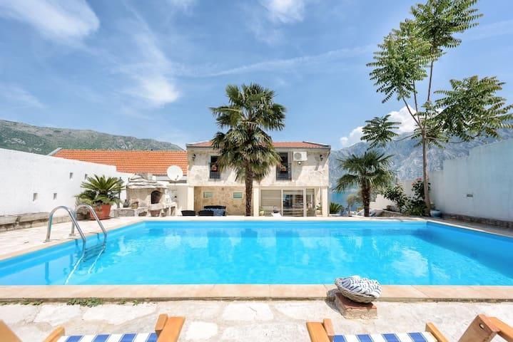 Villa D'Enco, Stoliv