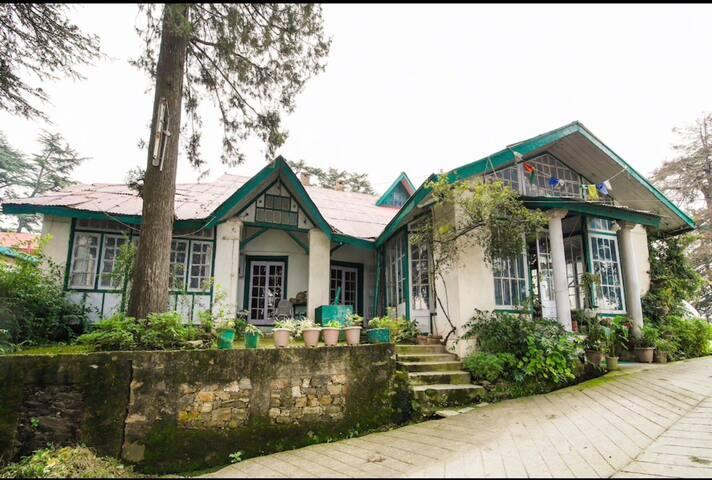Shimla Mansion | 4 BHK | Lawn | Drive-in Parking