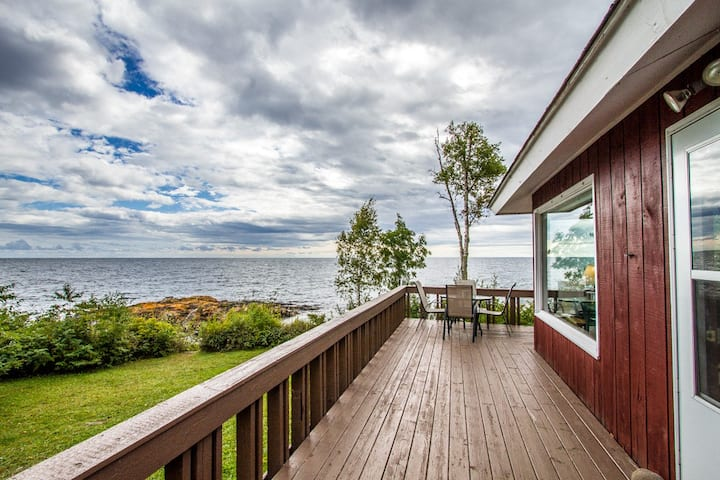 Brave Cove is a charming cottage on Lake Superior with great shoreline, hammock and large deck