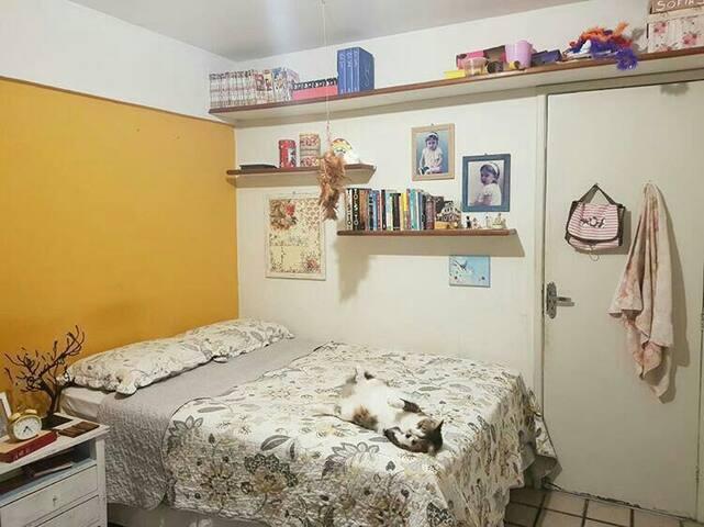 quarto com cama de casal bem decorado