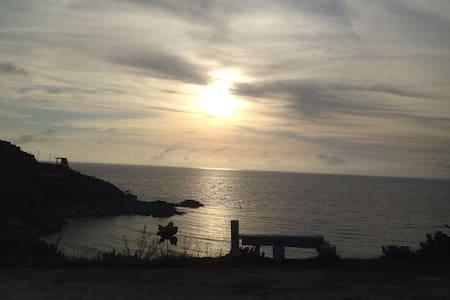 Pontal Atalaia, Arraial do Cabo, ao lado da praia.