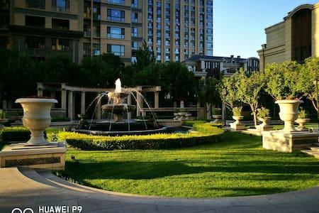 位于太原市中心,毗邻万达中心广场,有多部公交到达火车站。高端豪华住宅区 - Taiyuan - Appartement