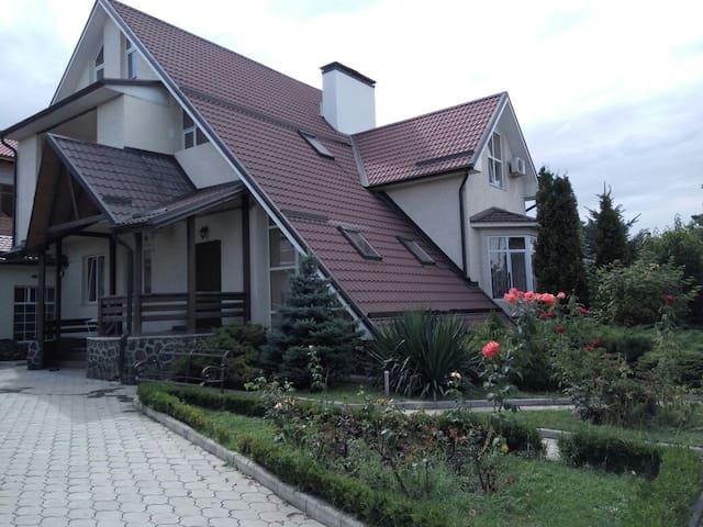 Большой красивый дом в центре города. - Nalchik