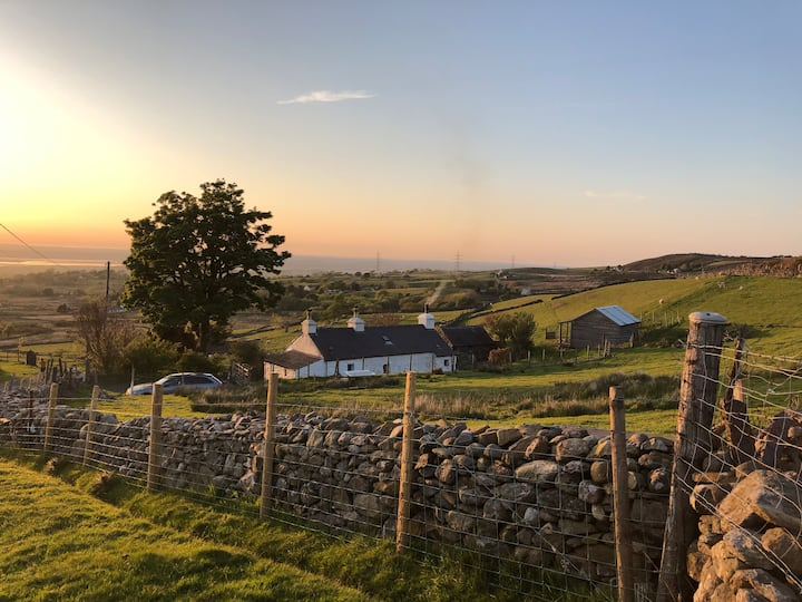 Beautiful, traditional Welsh cottage with views!