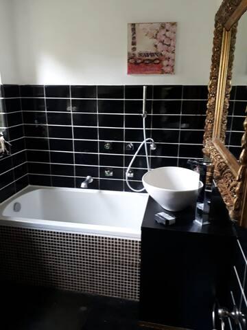 Planschen und baden. Badezimmer zur alleinigen Benutzung