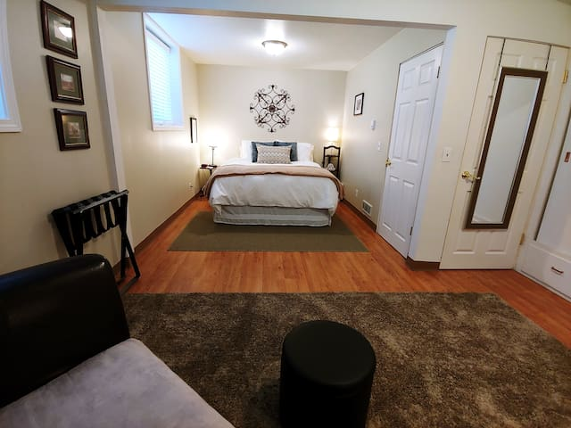 The Music Studio: 2 Beds, 2 Baths