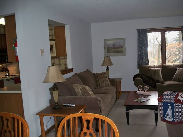 Kettle Brook Slope Side Condo, Ski In/Ski Out