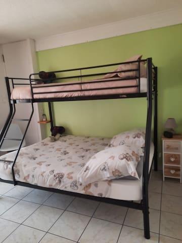 Chambre  Lit superposé  Lit double 140 et lit simple 90
