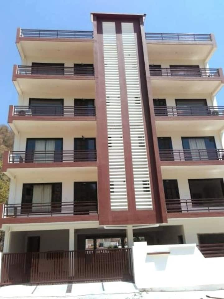 Entire Well-Furnished Flat with kitchen In Hills
