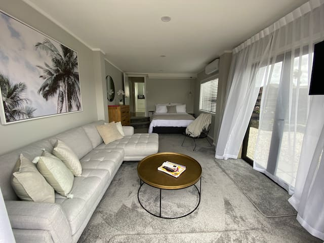 Stylish luxe suite, self check-in, free parking