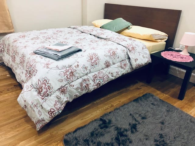 U W S Sunny Queen size bedroom near Columbia UNI*