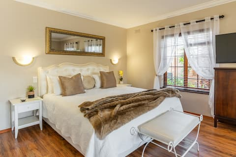 Meerendal Cottage-Affordable Luxury-Hot Tub & Pool