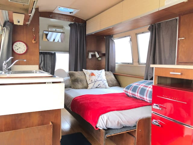 Comfy Full Be on the side. Kitchenette, coffee maker, stove top, Shower with hot water, setup with all utilities, Fast WIFI and Netflix on Smart tv.  Off street parking in the back on the gravel next to the airstream fence.