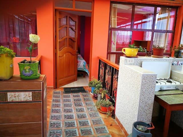 Habitación con cocina,comedor, lavandería y baño