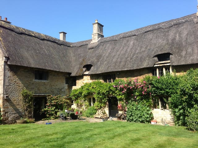 Rutland Thatched Cottage inc Breakfast & Parking