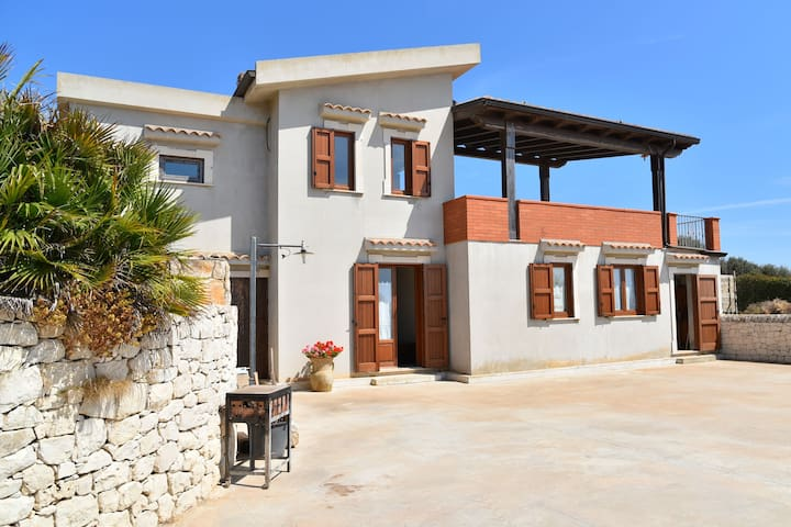 Beautiful detached house with sea views, a large terrace and a large garden.