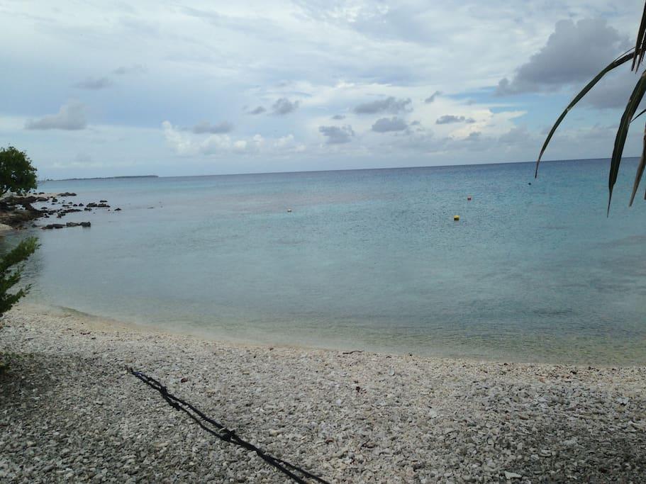 La plage à 50m du logement.